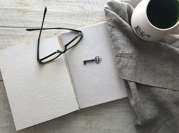 Slika očal in knjige za Fundacijo Alenke Gabrič